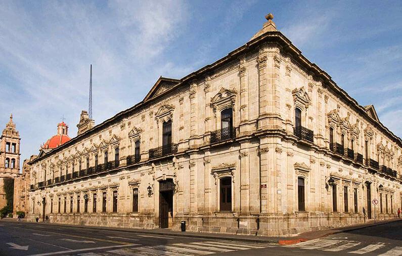 hoteles-boutique-de-mexico-recorriendo-el-centro-historico-de-morelia-catedral-palacio-federal