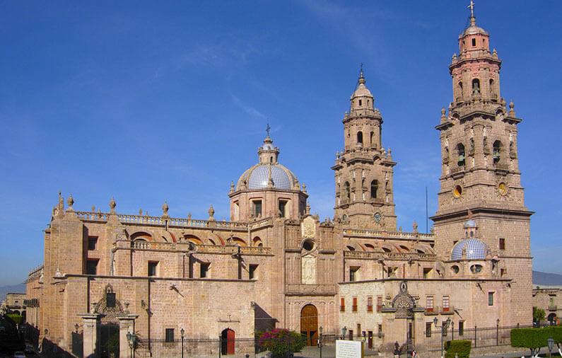 hoteles-boutique-de-mexico-recorriendo-el-centro-historico-de-morelia-catedral