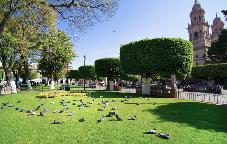 hoteles-boutique-de-mexico-recorriendo-el-centro-historico-de-morelia-plaza-morelia